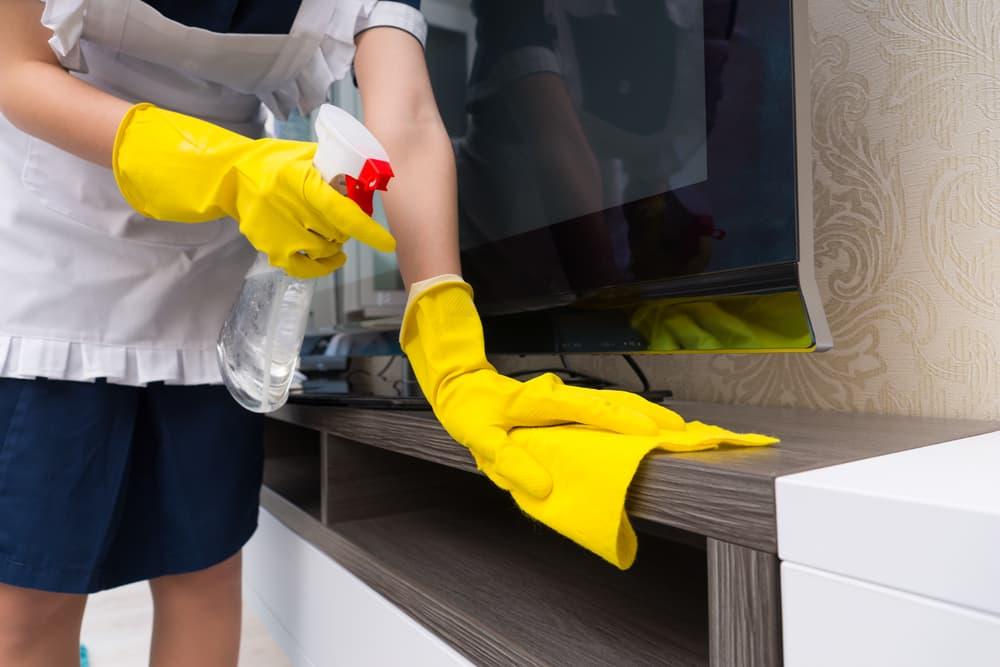 テレビ台を拭き掃除している