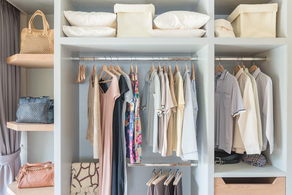 衣服や寝具が収納されているクローゼット