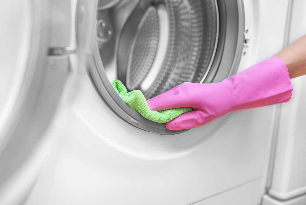洗濯機の内部を拭いている