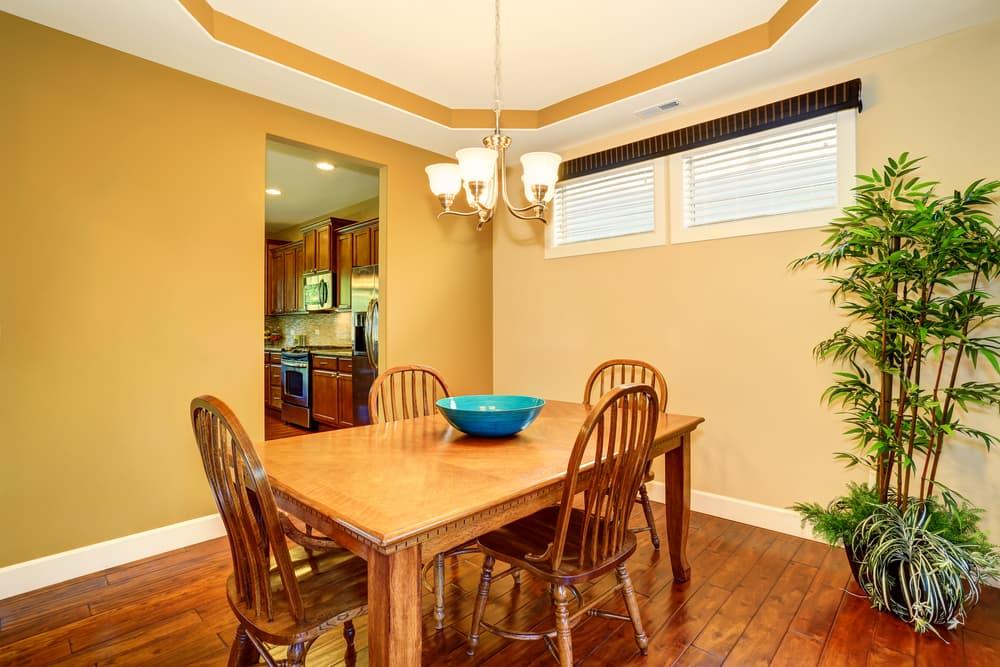 ご家庭にある木の素材のイスとテーブル