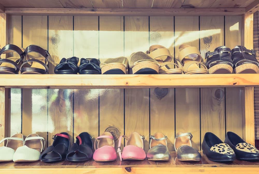 靴が靴箱に並んでいる