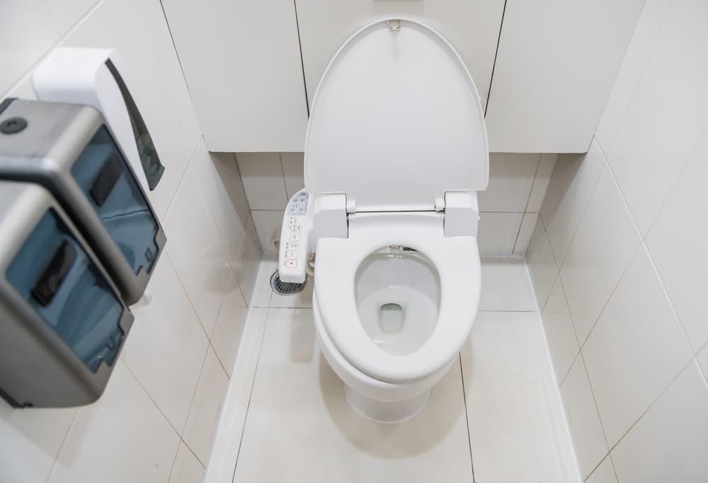 便器のフタが開いた状態のトイレ