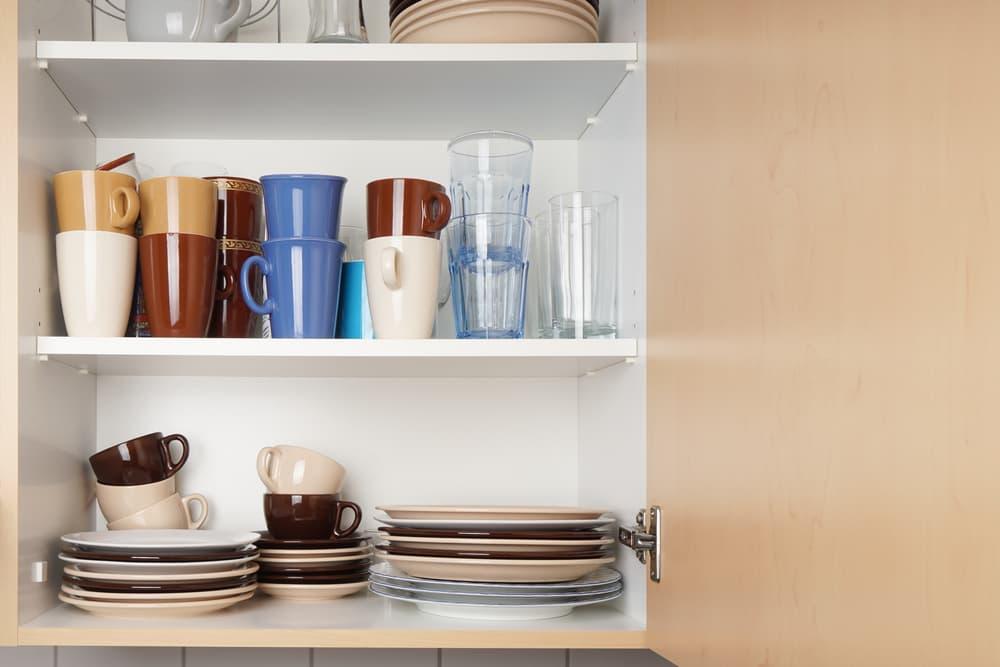 様々な食器が並べられている棚