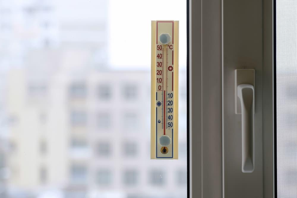 窓に温度計を付けている