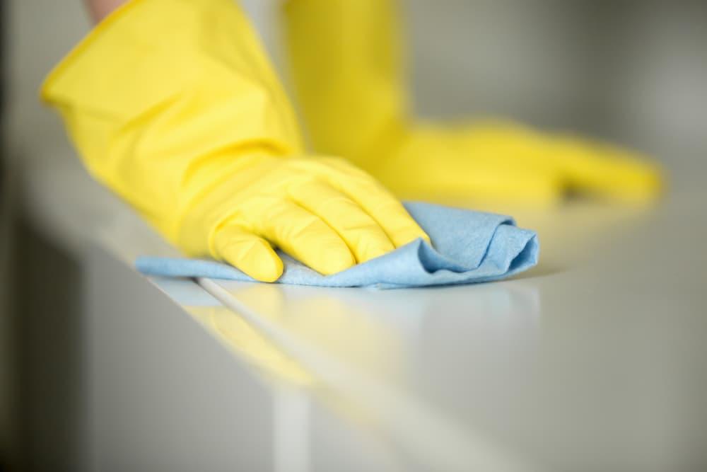 綺麗に畳んだ雑巾で拭き掃除している