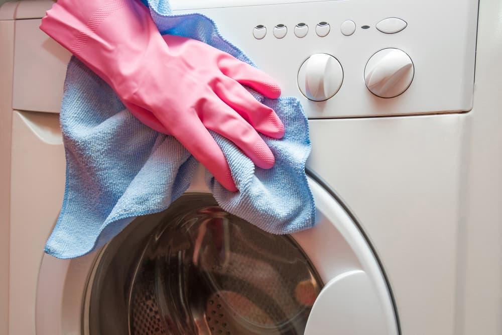 洗濯機をタオルでお掃除している