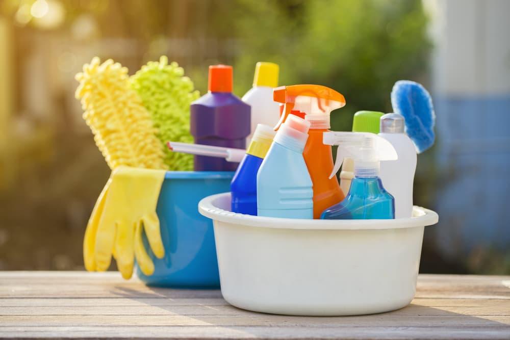 様々な掃除道具や洗剤の入ったバケツ