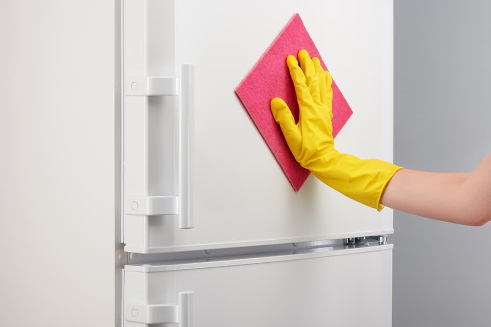冷蔵庫の扉を拭き掃除している
