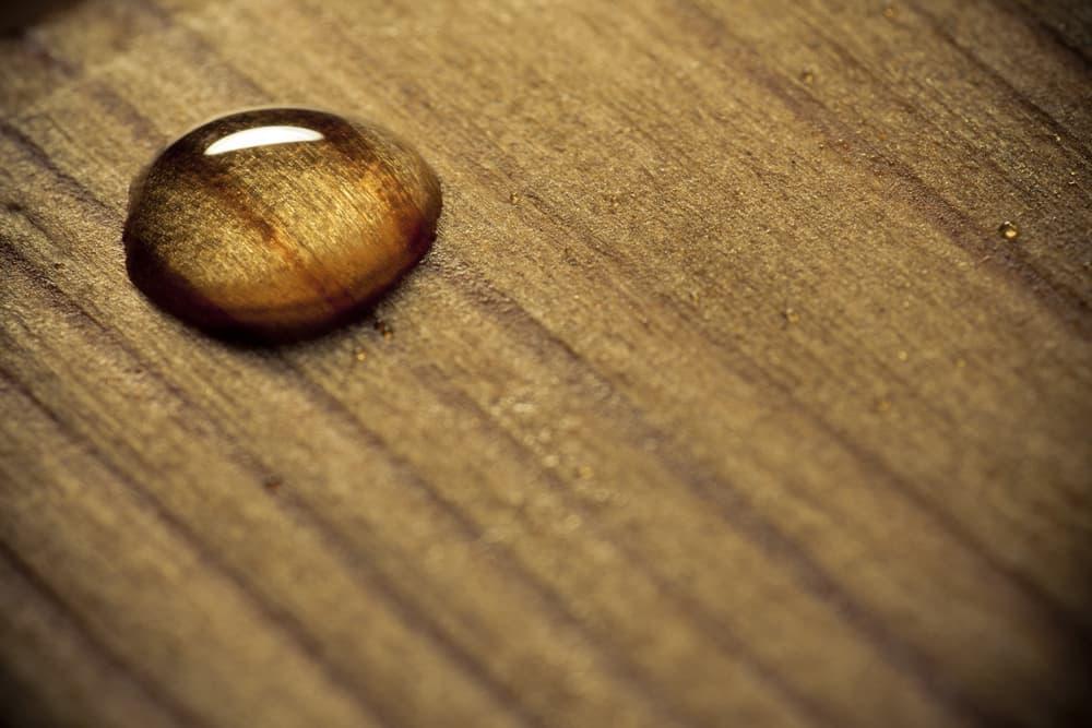 木製家具に水滴がついている