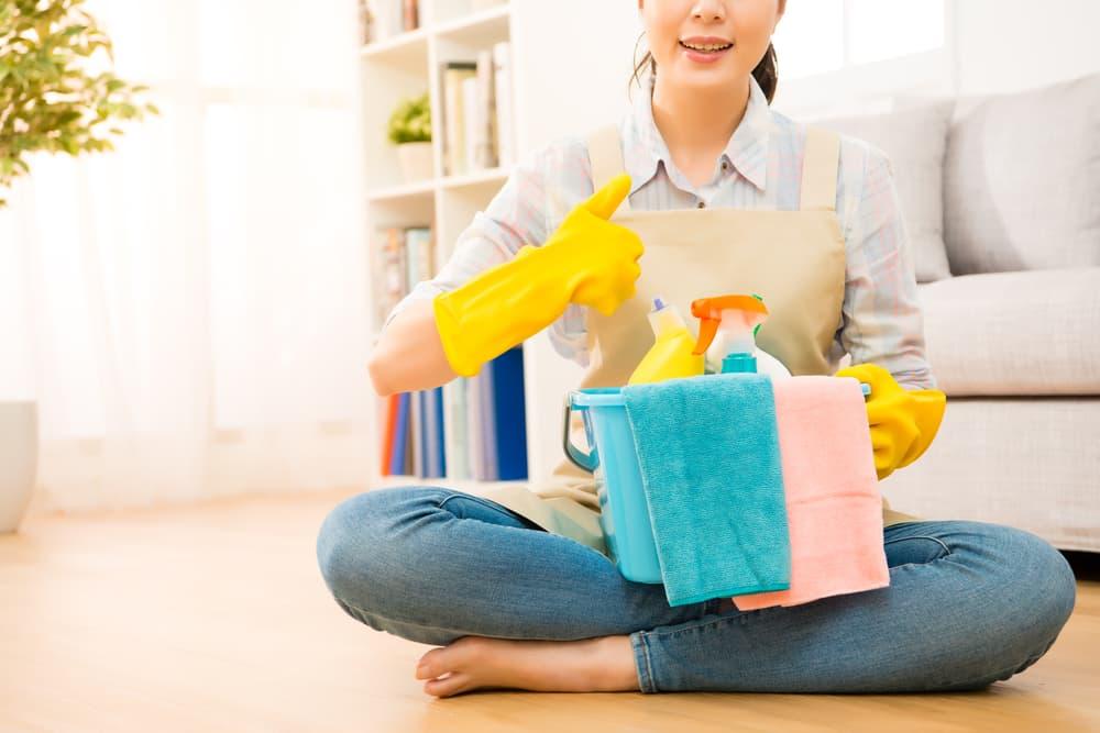 掃除用具を持っている女性