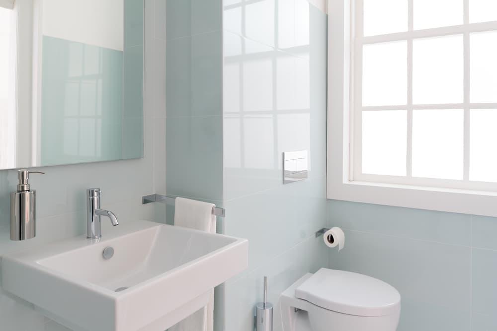 白を基調とした清潔なトイレ
