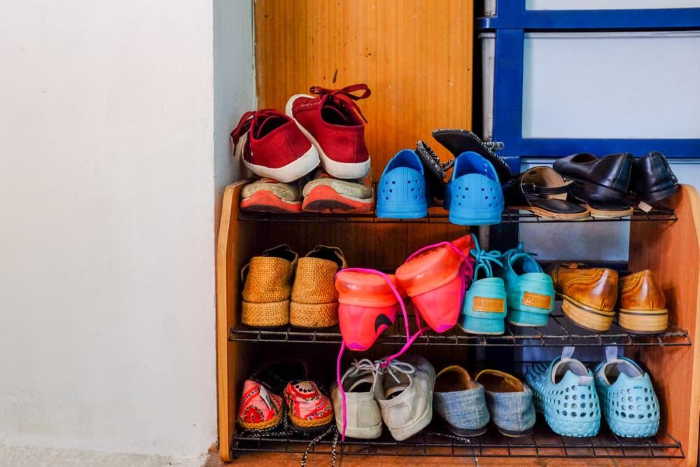 靴箱に靴が詰め込まれている