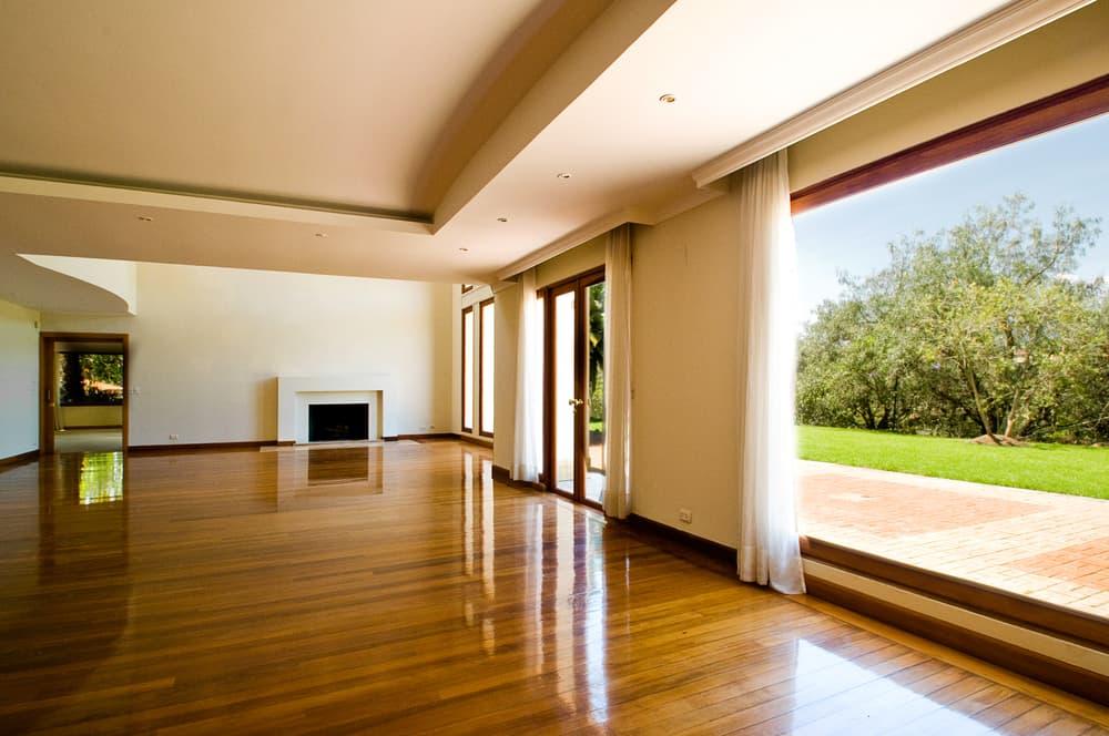 綺麗な大きい窓の付いた部屋