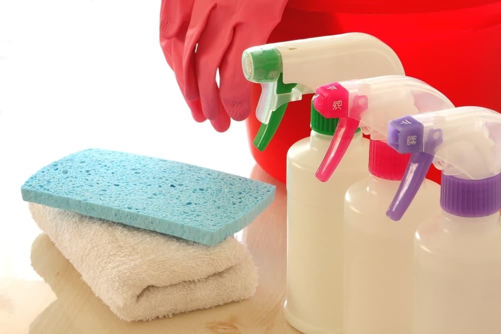 スプレーボトルと掃除道具