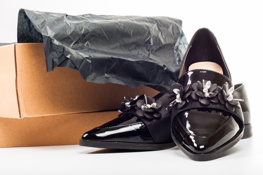 黒い革靴のアップ