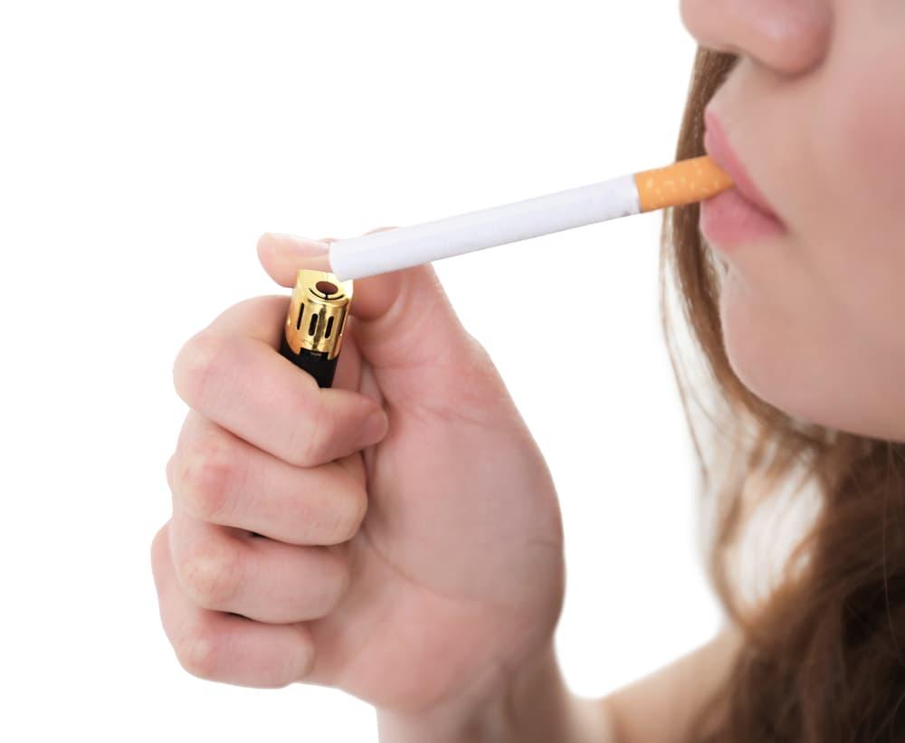煙草に火をつけようとしている女性