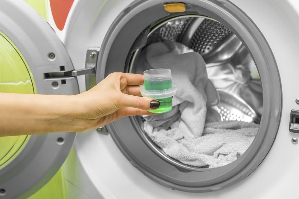 洗濯機の中に洗剤を入れる