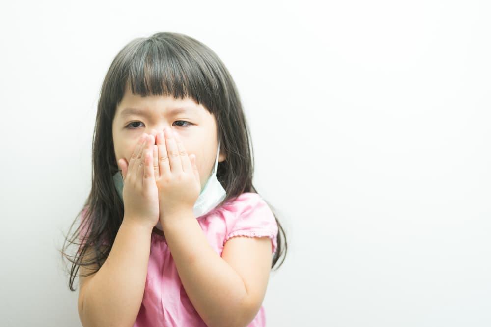 咳で苦しむ子供の顔