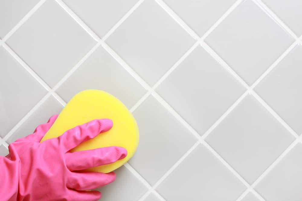 浴室のタイルやスポンジでこすっている
