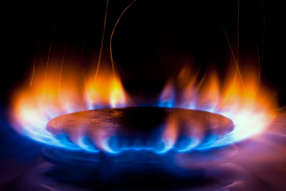 キッチンコンロに火がついている
