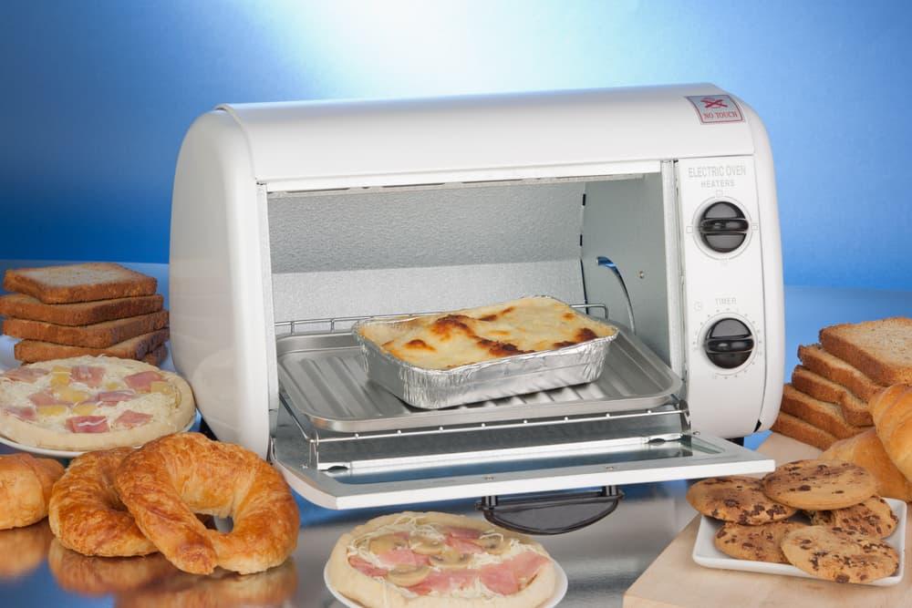 扉が開いた状態のオーブントースター