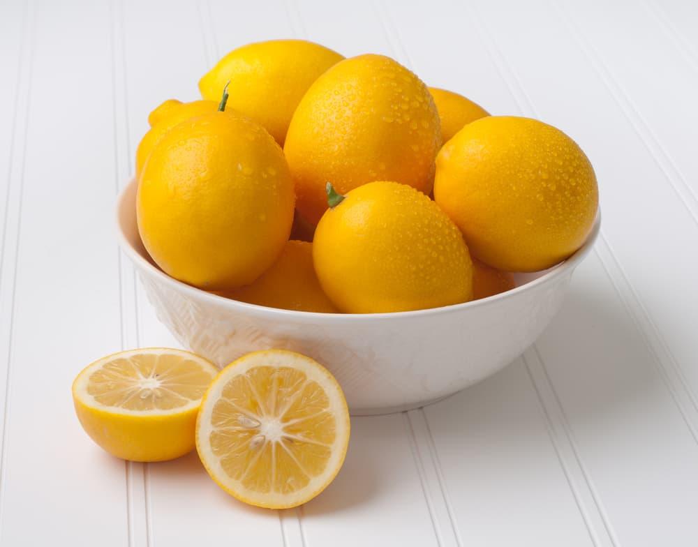 瑞々しいレモンの入った器
