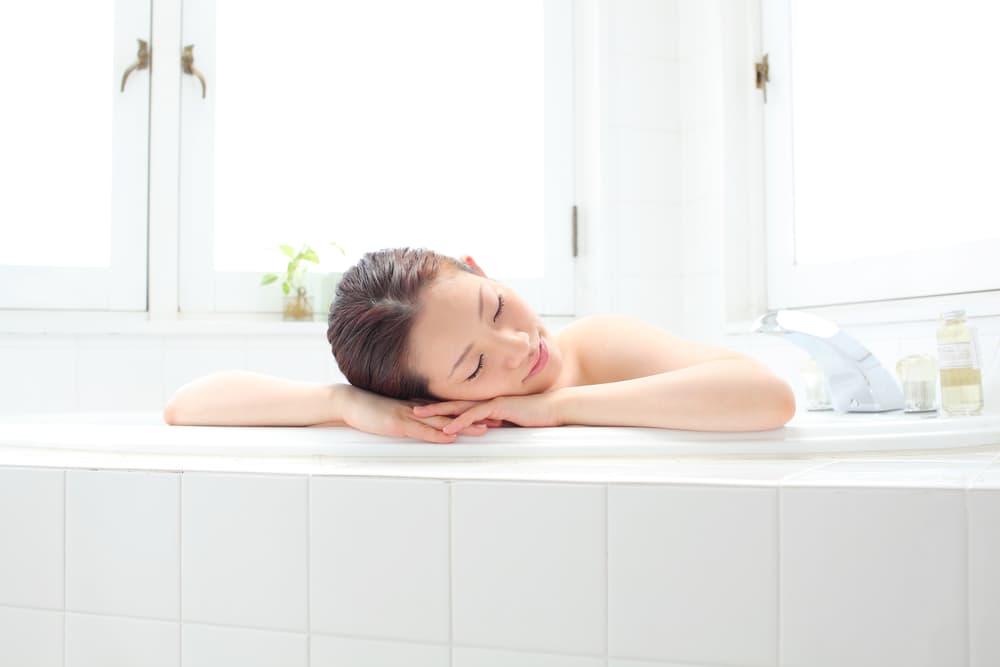 プロ直伝】浴室の天井にカビが!生えてしまったカビを徹底的に取り除く掃除方法 - お役立ちコラム | 家事の宅配 カジタク(イオングループ)