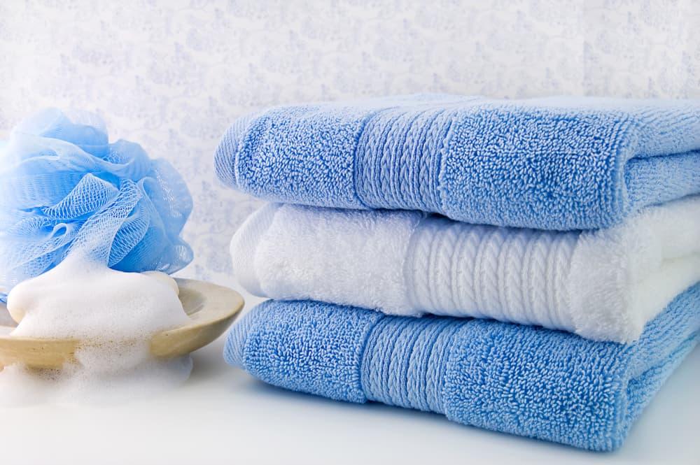 青いバスタオルが畳んで置いてある