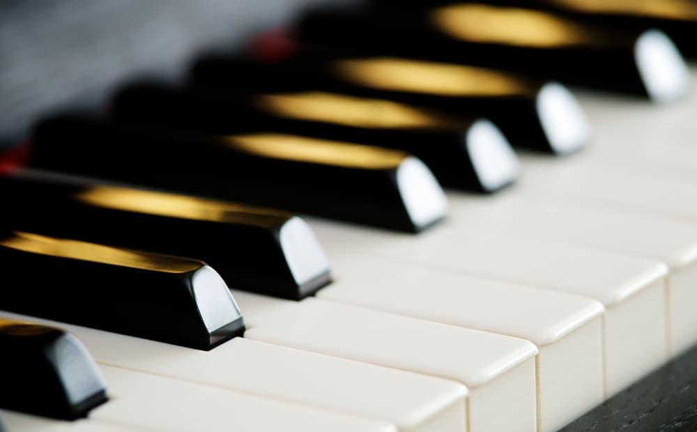 ピアノの鍵盤のアップ