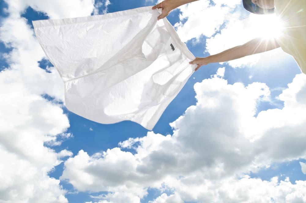 外で洗濯物を干す女性