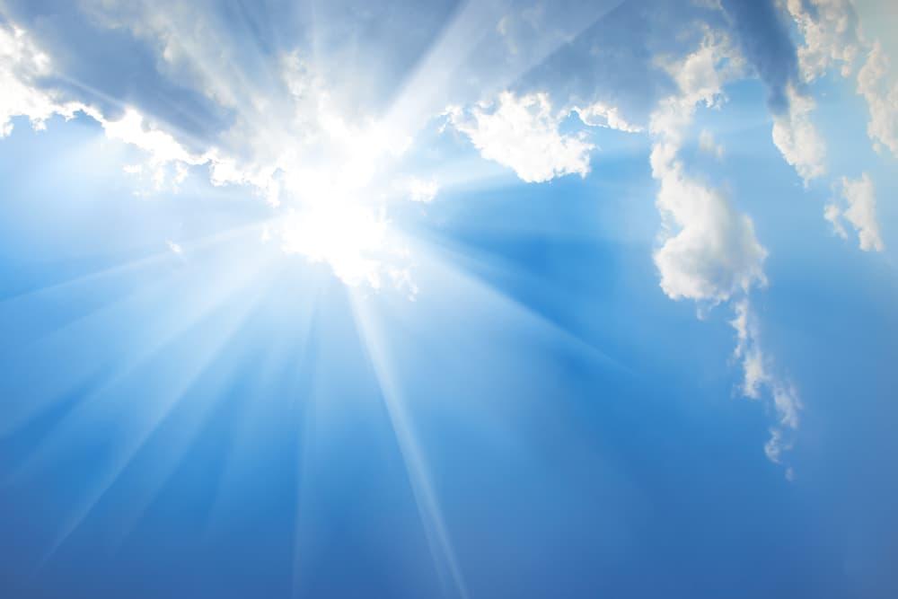 日差しが出ている青空