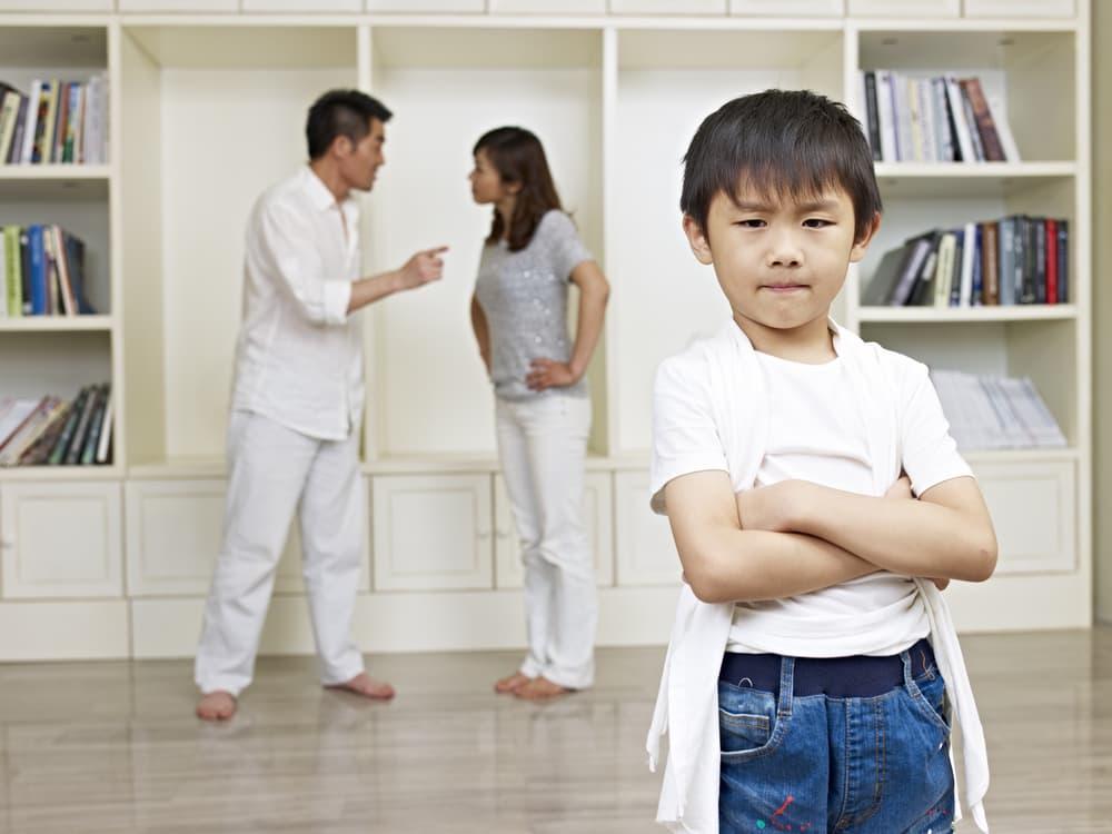 喧嘩中の夫婦と不機嫌な子供