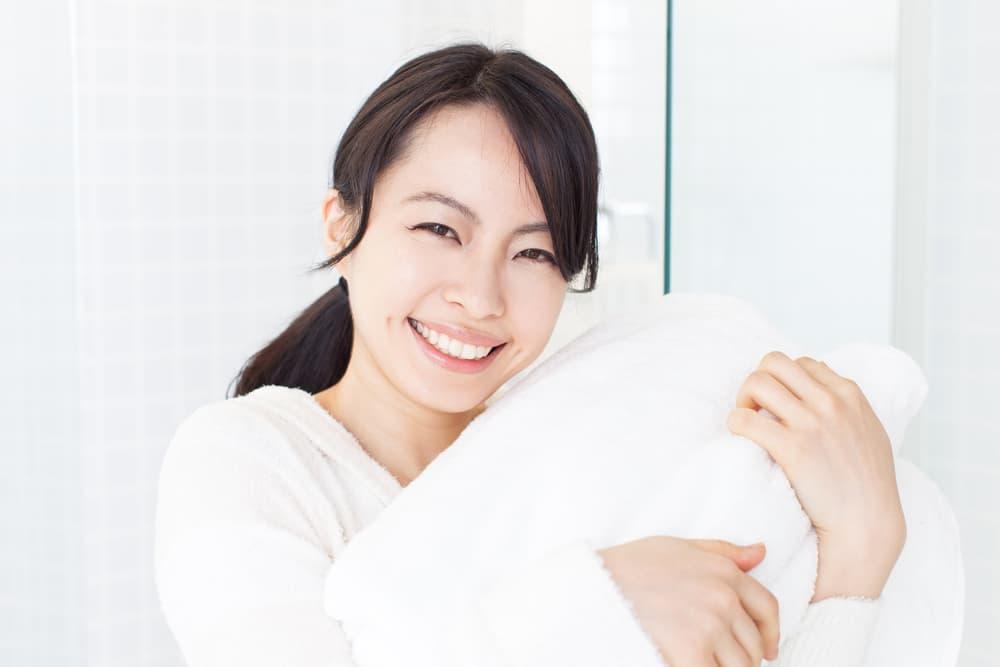 タオルを持っている女性