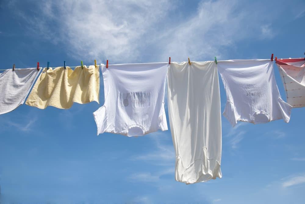 洗濯竿に衣類が干してある