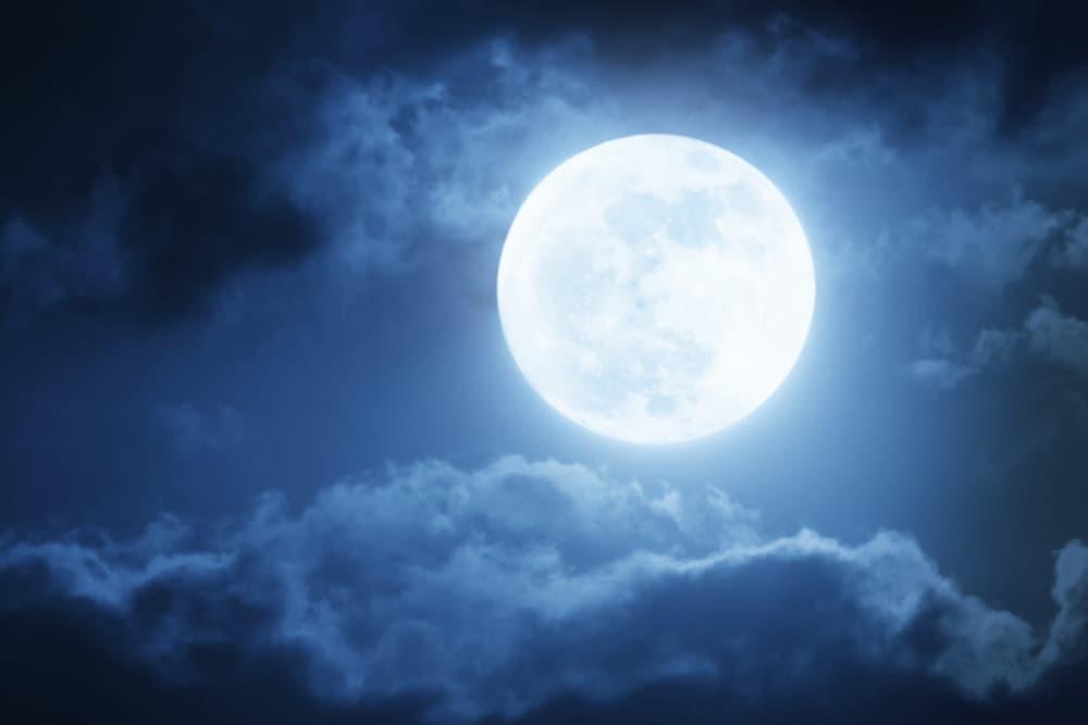 満月が出ている夜空