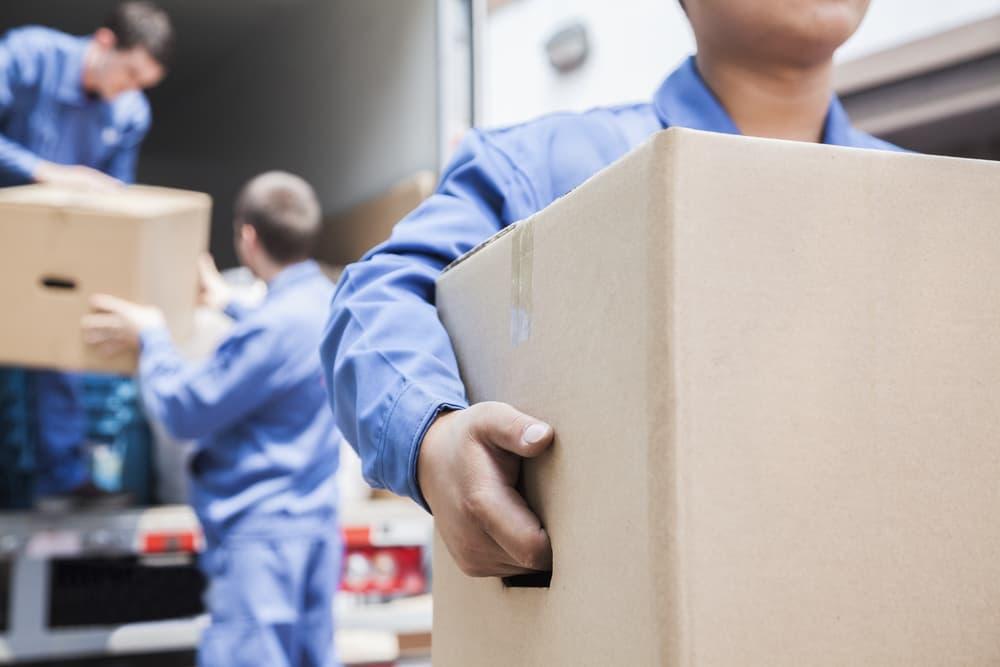 荷物を運ぶ引越業者