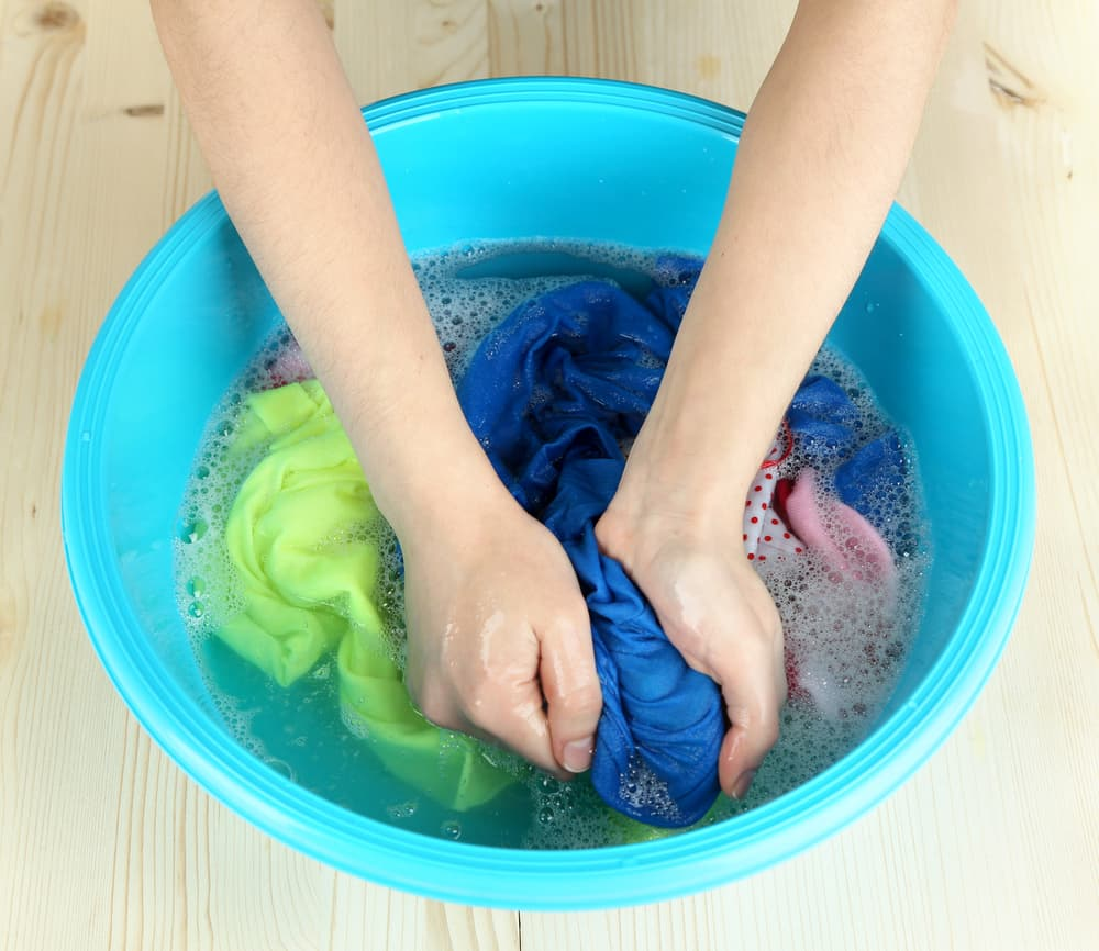 浸けおき洗いをしている女性の手元