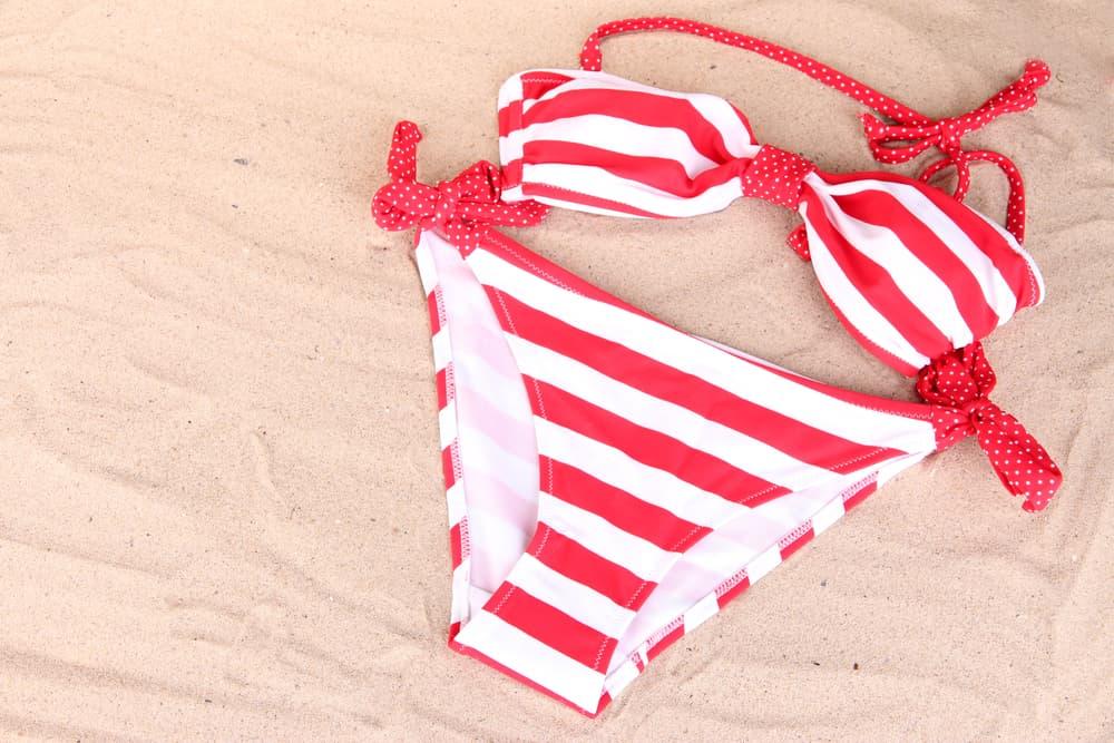 砂浜に置かれた水着