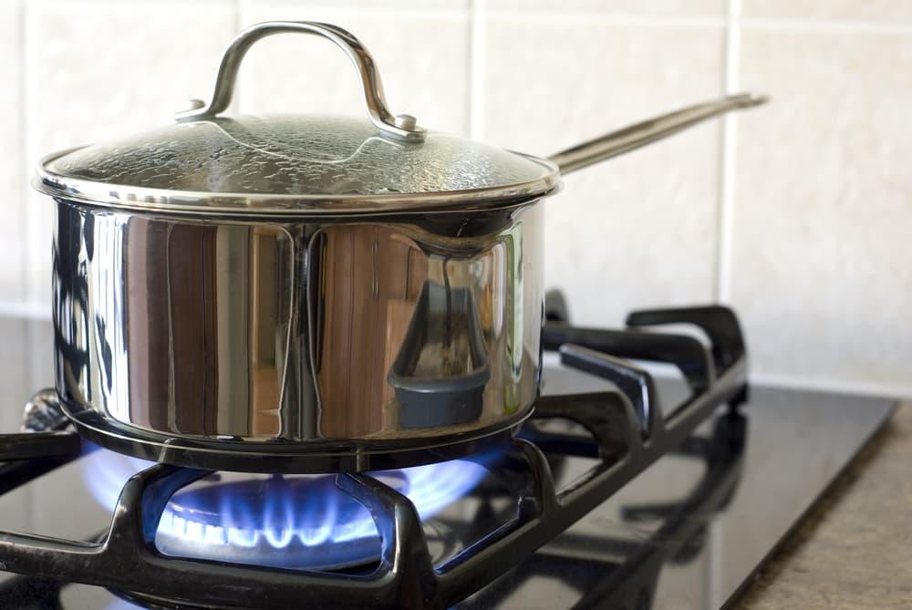 鍋を火にかけている