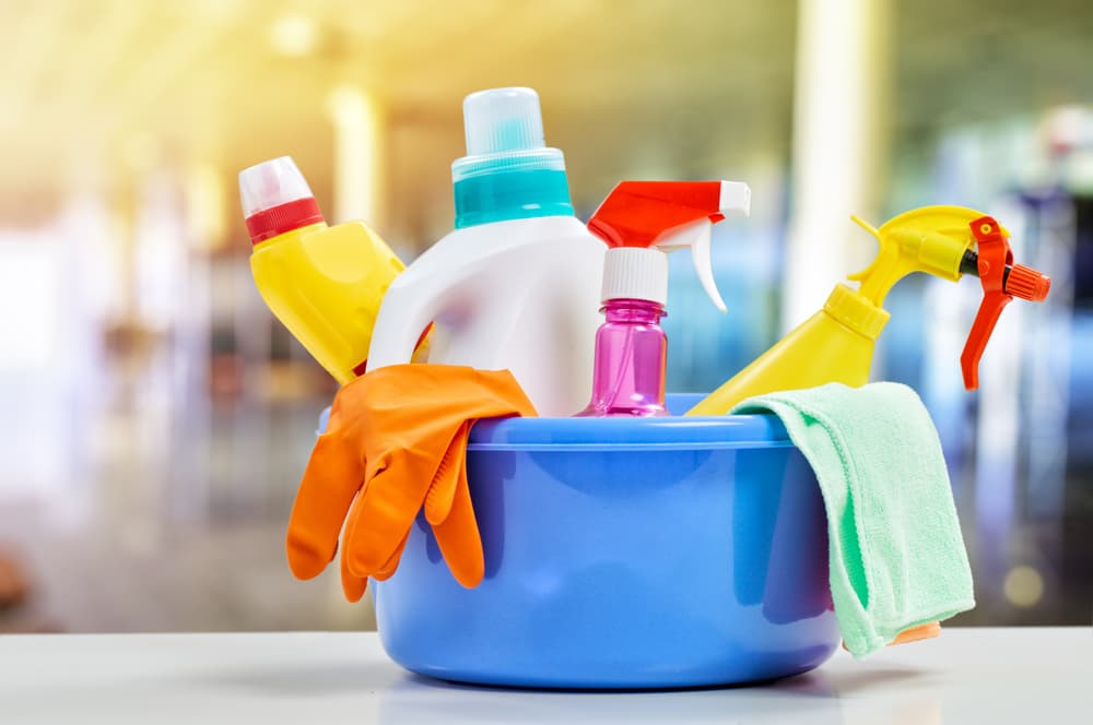 いろんな洗剤や掃除用具がバケツに入っている