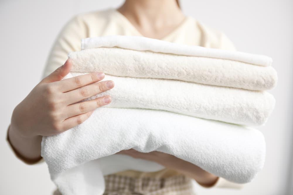 白いタオルを持っている女性