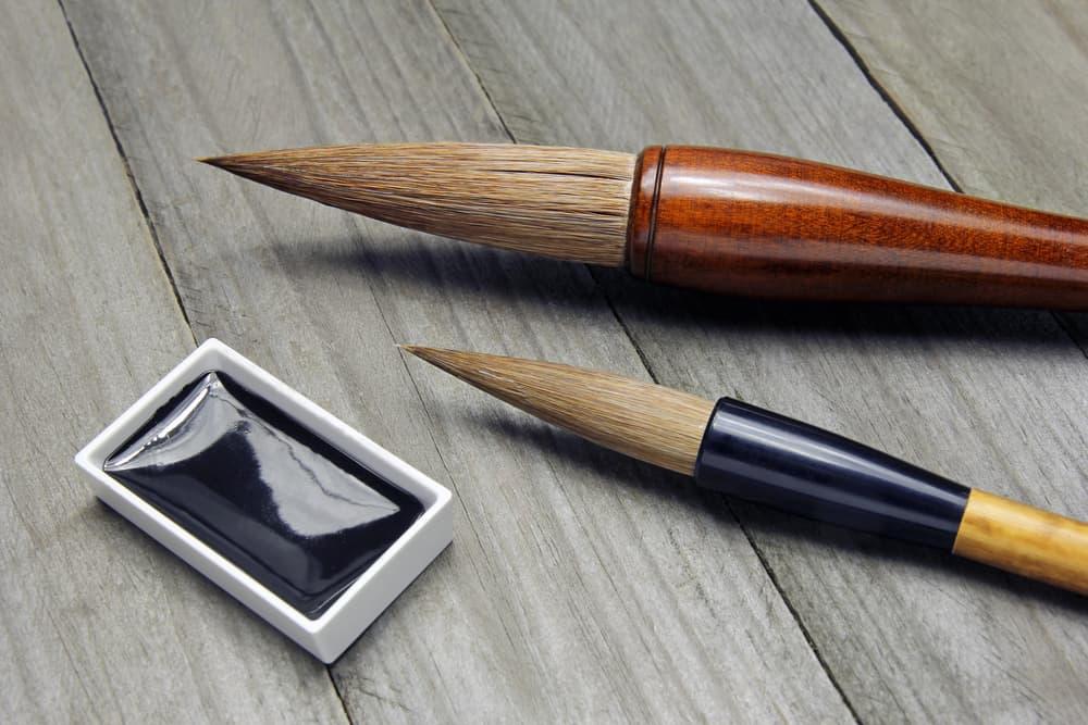 筆と墨汁のアップ