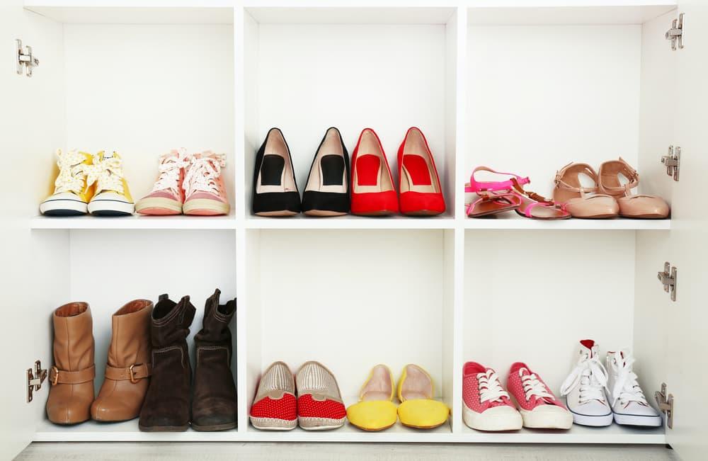 白い靴箱に入ったカラフルな靴