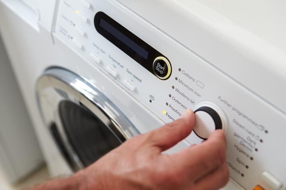 洗濯機を操作している