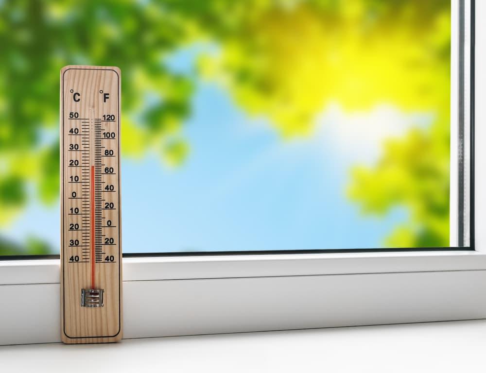 窓際に温度計が置いてある