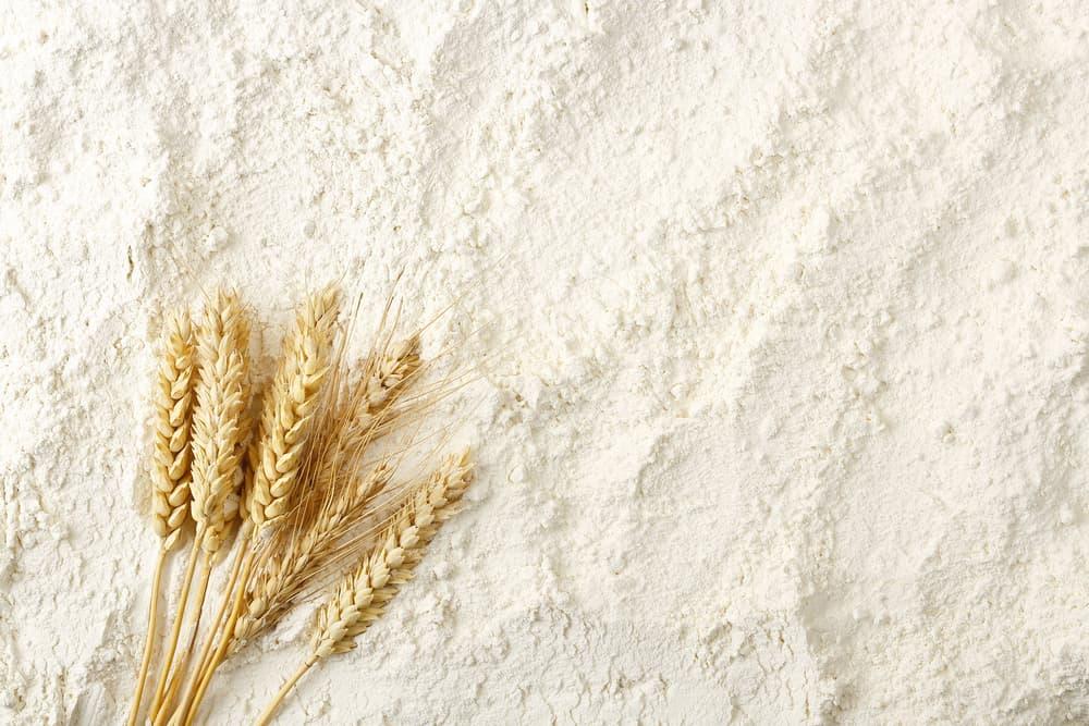 小麦粉の上に置かれた麦の穂