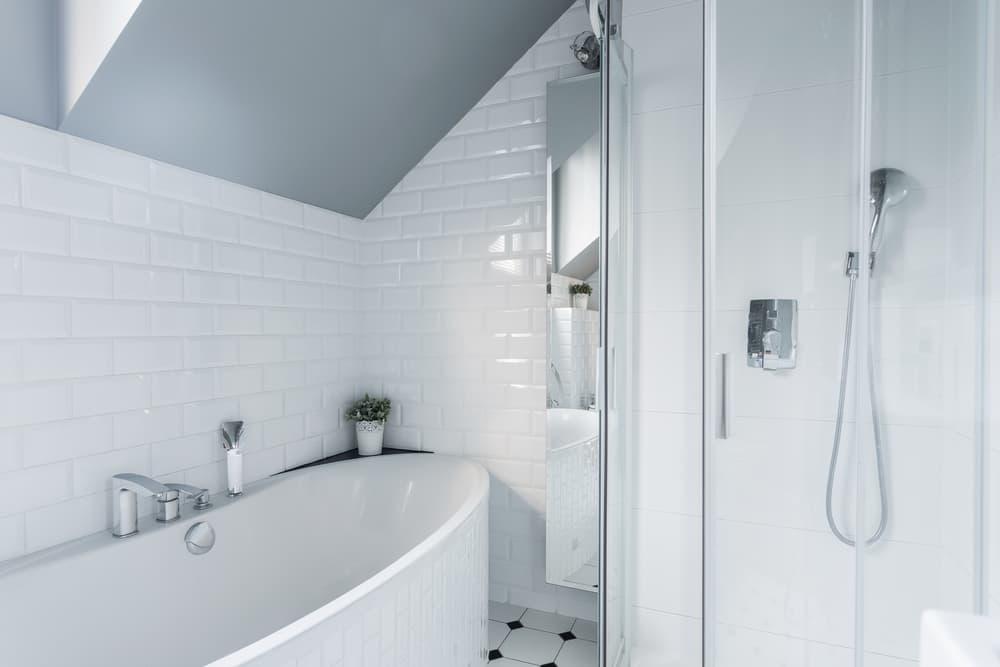 白を基調としたキレイな浴室