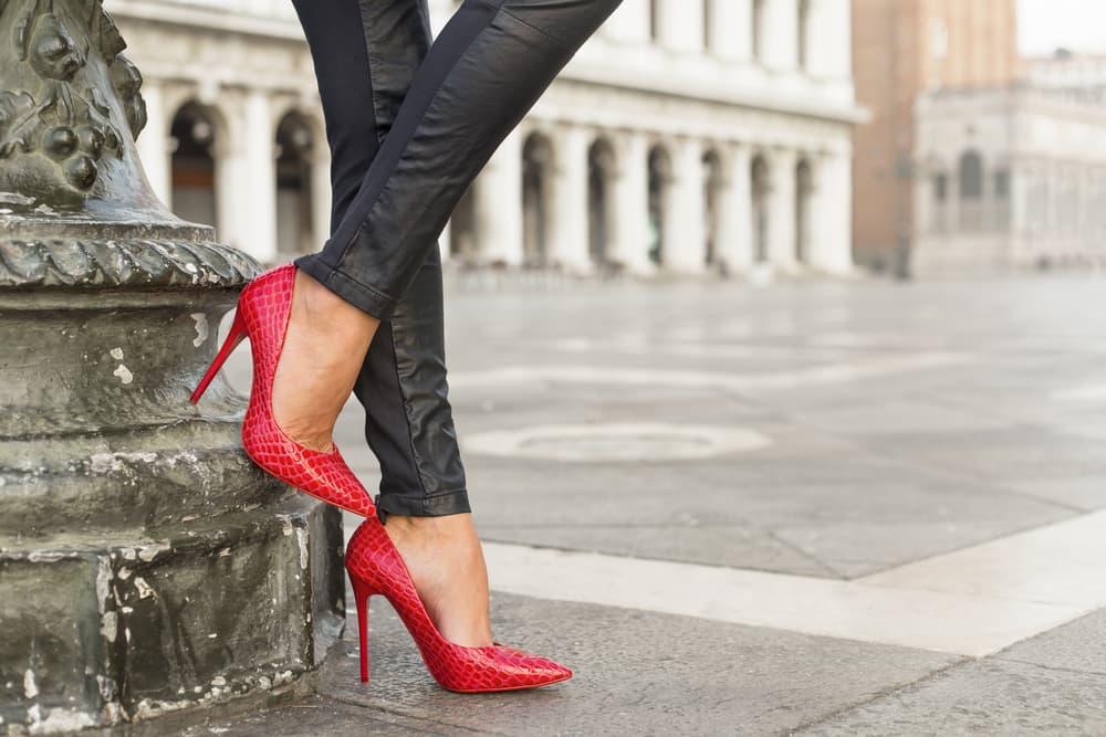 ヒールのパンプスを履いている女性の足元