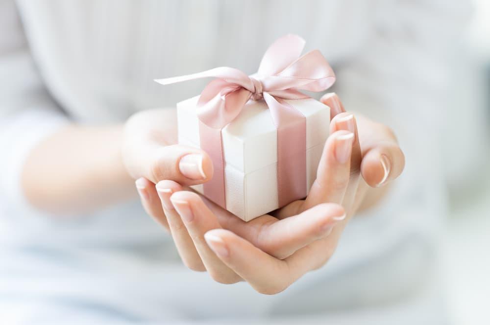 プレゼントを持っている女性