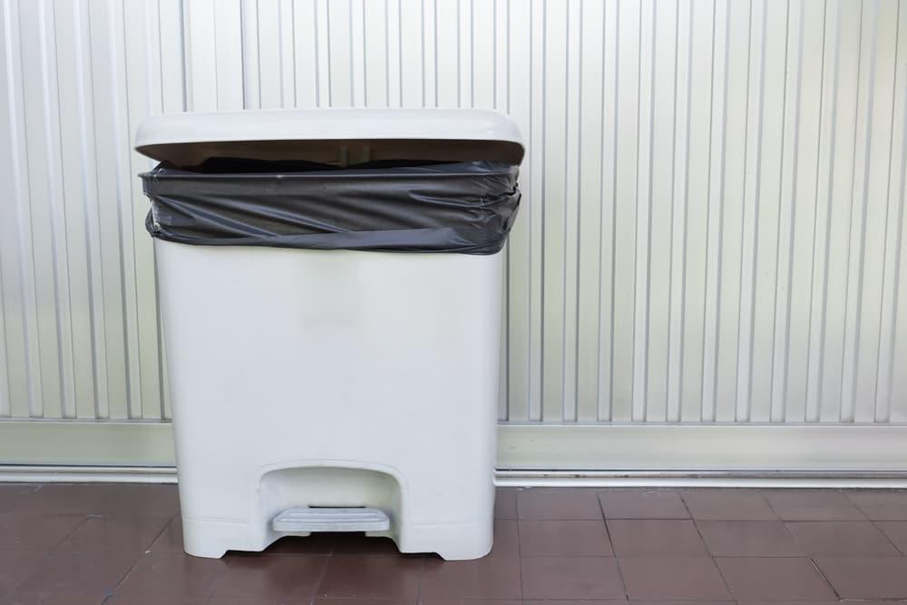 一般家庭にあるような蓋つきのゴミ箱